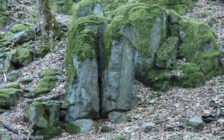 A négybe hasadt kő