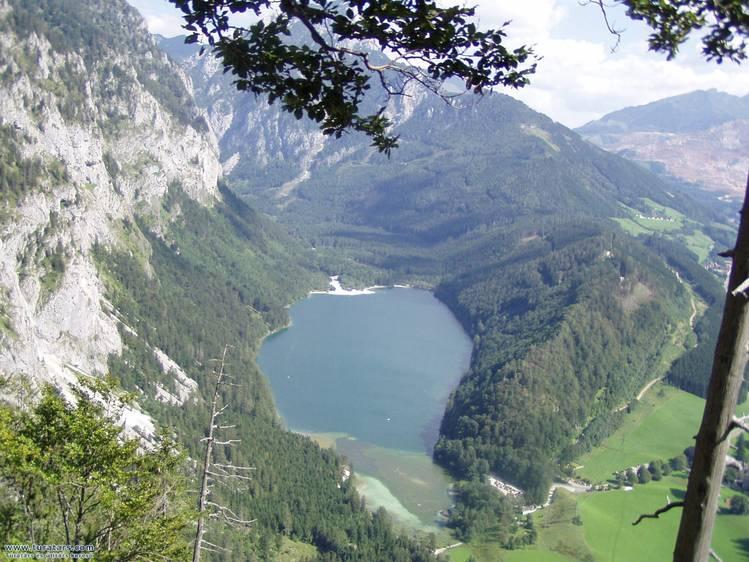 A tó félútról nézve